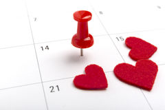 Imagem do conceito de um calendário com o pino vermelho do impulso Percevejo do tiro do close up unido A forma do coração das pal Imagem de Stock