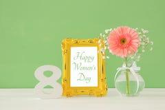 Imagem do conceito internacional do dia das mulheres com a flor bonita no vaso na tabela de madeira Foto de Stock Royalty Free