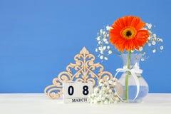 Imagem do conceito internacional do dia das mulheres com a flor bonita no vaso na tabela de madeira Imagem de Stock