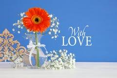 Imagem do conceito internacional do dia das mulheres com a flor bonita no vaso na tabela de madeira Fotografia de Stock Royalty Free