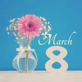 Imagem do conceito internacional do dia das mulheres com a flor bonita no vaso na tabela de madeira Fotografia de Stock