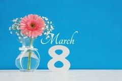Imagem do conceito internacional do dia das mulheres com a flor bonita no vaso na tabela de madeira Imagens de Stock