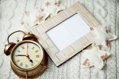 A imagem do despertador no fundo feito malha sorounded com estrelas decorativas Imagem de Stock Royalty Free