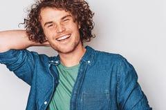 Imagem do estúdio do close up do homem de sorriso positivo freckled considerável, levantando para a propaganda social, isolado no fotos de stock
