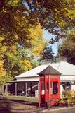 Imagem do estilo do vintage da cabine de telefone vermelha típica Fotos de Stock Royalty Free