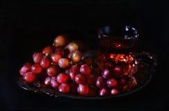 Imagem do estilo do vintage de uvas vermelhas em uma bandeja antiga de prata Fotos de Stock Royalty Free