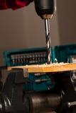 Imagem do furo de perfuração na madeira apertada na ferramenta vice Imagens de Stock Royalty Free