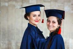 Imagem do graduados novos felizes foto de stock royalty free