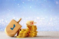 Imagem do Hanukkah judaico do feriado com dreidel de madeira Imagem de Stock Royalty Free