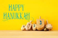 Imagem do Hanukkah judaico do feriado com dreidels de madeira & x28; giro fotos de stock royalty free