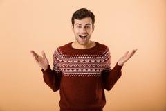 Imagem do homem alegre 20s com a cerda que veste o lau feito malha da camiseta foto de stock royalty free