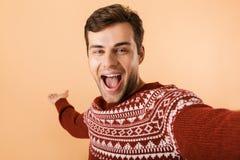 Imagem do homem considerável 20s com a cerda que veste a camiseta feita malha l fotos de stock