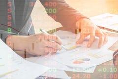 A imagem do homem de negócio considera a carta da venda relatar o papel na tabela fotos de stock
