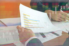 A imagem do homem de negócio dois discute o papel do relatório da carta da venda na tabela foto de stock royalty free