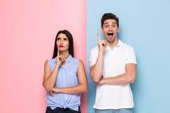 Imagem do homem e da mulher caucasianos no vestuário desportivo que toca nos queixos a fotografia de stock
