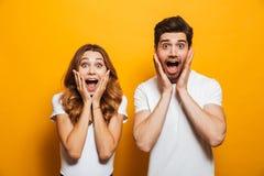 Imagem do homem e da mulher dos jovens na roupa básica que gritam fotos de stock