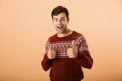 Imagem do homem feliz 20s com a cerda que veste a mostra feita malha da camiseta fotografia de stock royalty free