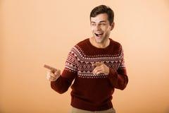 Imagem do homem feliz 20s com a cerda que veste a probabilidade de intercepção feita malha da camiseta imagem de stock