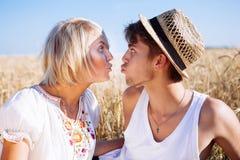 Imagem do homem novo e da mulher no campo de trigo Fotos de Stock Royalty Free