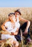 Imagem do homem novo e da mulher no campo de trigo Imagens de Stock