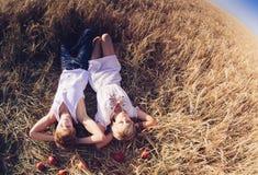 Imagem do homem novo e da mulher que encontram-se no campo de trigo Vista superior Fotografia de Stock