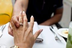 Imagem do homem que põe o anel de noivado bonito sobre seu girlfrie fotos de stock royalty free