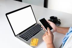 Imagem do líder do escritório da mulher de negócio que guarda o cartão de crédito e que usa o portátil para a compra em linha fotografia de stock royalty free