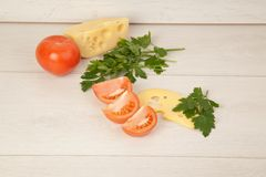 Imagem do maasdam, dos tomates e da salsa Imagem de Stock Royalty Free
