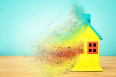 Imagem do modelo colorido de madeira da casa Conceito dos bens imobiliários e da incerteza imagem de stock