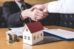 Imagem do negócio bem sucedido de bens imobiliários, de shaki do corretor e do cliente imagem de stock royalty free