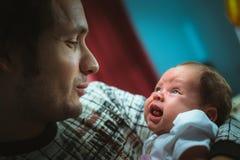 Imagem do paizinho novo com a filha pequena bonito dentro Foto de Stock