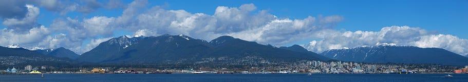 Imagem do panorama de Vancôver norte em um dia ensolarado Imagens de Stock