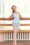 Imagem do pequeno posina da bailarina na câmera foto de stock
