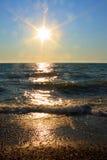 Imagem do por do sol do mar: Sun irradia a cena - foto conservada em estoque Imagens de Stock Royalty Free