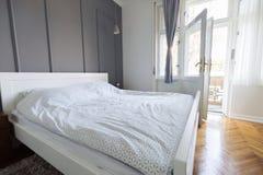 Imagem do quarto em cores de luz suave e na cama confortável Fotografia de Stock Royalty Free