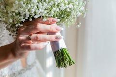 Imagem do ramalhete do casamento nas mãos da noiva imagens de stock