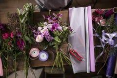 Imagem do ramalhete, duas fitas, tesoura de podar manual, papel da flor fotografia de stock