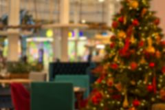 Imagem do restaurante do borrão e da árvore de Natal na noite para o uso do fundo imagem de stock