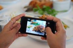 Imagem do ` s do alimento pelo telefone esperto Imagem de Stock Royalty Free