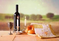 Imagem do Sabat pão e candelas do Chalá na tabela de madeira imagens de stock royalty free