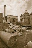 Imagem do Sepia das ruínas romanas com a coluna da FOCA com Roman Forum no fundo em Roma, Itália, Europa Fotografia de Stock