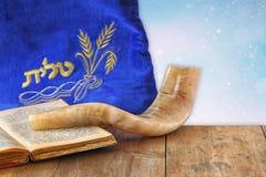 Imagem do shofar (chifre) e do caso da oração com o talit da palavra (oração) escrito nele imagem de stock royalty free