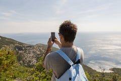 Imagem do takin do turista na ilha Cres, Croácia fotos de stock