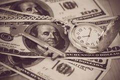 Imagem do tempo e do conceito do dinheiro - relógio de bolso de prata velho Fotografia de Stock Royalty Free