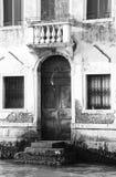 Imagem do vintage de uma porta no canal de Veneza Foto de Stock