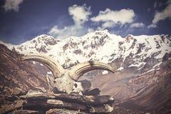 Imagem do vintage do crânio do iaque com montanhas de Himalaya imagem de stock