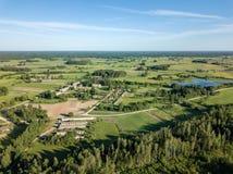 imagem do zangão ideia aérea da área rural com campos e florestas fotografia de stock