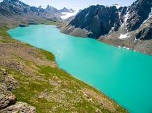 Imagem do zangão do lago mountain com o lago mountain de Skyfrom da neve e do azul com neve e o céu azul fotografia de stock royalty free