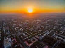 Imagem do zangão sobre a cidade no por do sol imagem de stock