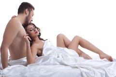 Imagem dos amantes novos bonitos que encontram-se na cama Imagens de Stock Royalty Free
